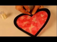 Bricolage Saint Valentin. Comment créer un vitrail en forme de coeur avec du papier de soie?