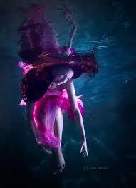 Kuvahaun tulos haulle underwater dancer black and white photography