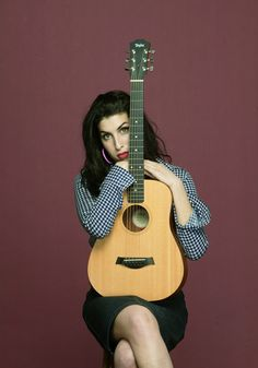 Amy Winehouse, girl & her guitar