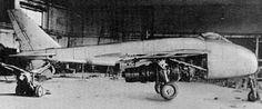 """MESSERSCHMITT pe 1101 Un único motor Heinkel He S 011 iba a ser montado internamente en el fuselaje, con aspiración de aire a partir de dos ductos colocados a cada lado de la cabina. La cola tenía una configuración en """"V"""" y estaba colocada sobre y después de la salida de los gases, mientras que la carlinga iba arriba y la cabina se integraba a la proa del fuselaje. A finales de 1944, el diseño en el papel había sufrido una pequeña evolución, con un fuselaje más largo y adelgazado y con un"""