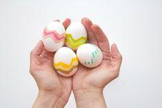 Украшаем яйца к Пасхе ярко и необычно - разноцветные липкие ленты