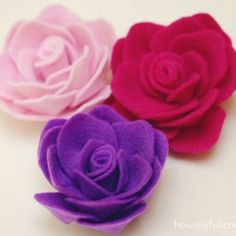 Tutorial and pattern to create these lovely felt roses. To sew on skirts, shirts, sweaters! And hair.