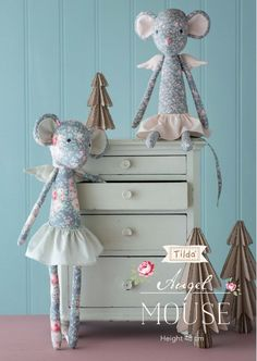 Free pattern for the sweet floral Christmas Angel Mouse from Tilda. Free pattern for the sweet floral Christmas Angel Mouse from Tilda. Doll Patterns Free, Doll Sewing Patterns, Sewing Toys, Free Pattern, Handmade Dolls Patterns, Diy Rag Dolls, Fabric Doll Pattern, Tilda Toy, Fabric Animals