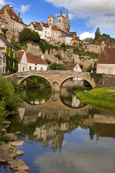 Sémur-en-Auxois, en Cote d'Or Bourgogne is a beautiful area in France. It is also the region where Epoisses comes from. Places To Travel, Places To See, Travel Destinations, Provence, Travel Around The World, Around The Worlds, Burgundy France, French Countryside, Medieval Town