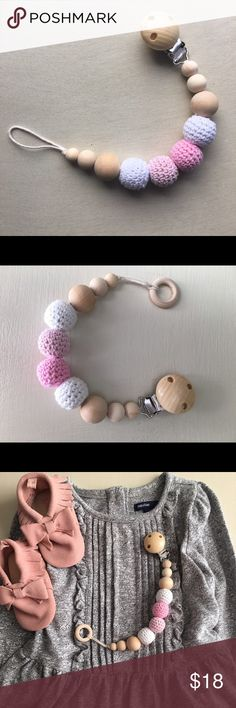 Pink&white pacifier clip -All natural wood and crochet beads  -BPA FREE -handmade (NEW) -great for teething infants  -recommended 6 m +                                                     *******£Clothes & shoes are NOT included !!! Accessories