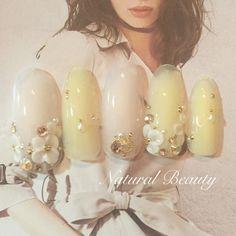 春らしいアンティークフラワーネイル♡ #春 #デート #女子会 #ハンド #ビジュー #フラワー #アンティーク #3D #ミディアム #ホワイト #イエロー #パステル #ジェルネイル #ネイルチップ #naturalbeauty #ネイルブック
