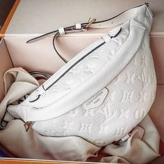 Discover recipes, home ideas, style inspiration and other ideas to try. Lv Handbags, Louis Vuitton Handbags, White Louis Vuitton Bag, Elie Saab, Luxury Girl, Fashion Bags, Fashion Fashion, Fashion Spring, Runway Fashion