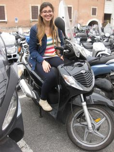 io sul motorino. ridendo. uscita dall'università.  pantaleggins blu, maglia tutta colorata,giacchetto blu, clarck beige. Motorcycle, Beige, Vehicles, Taupe, Biking, Car, Motorcycles, Motorbikes, Vehicle
