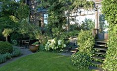 När trappan kläs in av växter blir kontakten mellan ute och inne så mycket bättre. Frodiga buskar och sittmöbler mot husväggen binder också samman trädgård och hus. Vackra klängväxter, eller som här hos Per Friberg ett spaljerat päronträd, upp längs fasaden förstärker samhörigheten ytterligare.