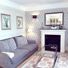 Wzorzysta tapeta i kominek w salonie w stylu nowojorskim