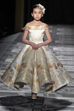 Laurence Xu - Paris Fashion Week Haute Couture S/S 2015 Gowns For Girls, Little Girl Dresses, Girls Dresses, Flower Girl Dresses, Fashion Kids, Girl Fashion, Fashion Images, Paris Fashion, Runway Fashion