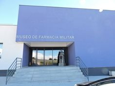 Museo Farmacia Militar - Entrada al Museo de la Farmacia Militar, con la estatua…