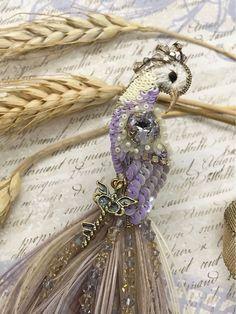 Брошь «Сказочный павлин» – купить в интернет-магазине на Ярмарке Мастеров с доставкой Beaded Brooch, Peacock, Embroidery Designs, Diy And Crafts, Handmade Jewelry, Ribbon, Jewels, Bird, Accessories