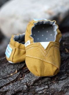 TOMS style baby slippers DIY - #sewing #project