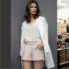 Trench Coat super versátil ! Para um look mais casual, invista em um short de alfaiataria + blusa mesh. Para um visual mais sofisticado, combine com gola de pelo e use fechado como um vestido! Qual o seu jeito preferido de usar? ⭐️  New Collection AW17 #BeYourself     Trench Coat :: 1171241  Blusa:: 11711125  Short:: 1171605    #SoulRS #BeYourself #inverno2017 #reginasalomao #NewCollection #FashionTrends #trenchcoat #totalwhite #alfaiataria #mesh