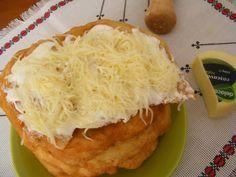 Langosi cu cascaval si smantana ~ Bucatar maniac si prietenii Romanian Food, Romanian Recipes, 30 Minute Meals, Easy Desserts, Hamburger, Delish, Food And Drink, Appetizers, Snacks