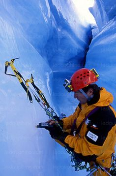 Comment les glaciers se forment-ils ? Vont-ils disparaître ? Pourquoi la glace est-elle bleue ? Que se passe-t-il sous les glaciers ? Luc Moreau voit dans ces questions le reflet de son quotidien de pédagogue de la glace alpine - même s'il a aussi à son actif quelques campagnes scientifiques autour de la planète, et notamment au Groenland.