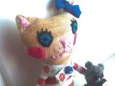 Poupée chat surréaliste en tissus et son minuscule ourson de laine /Poupée chiffon / Poupée chat faite main / Poupée en tissus / Poupée chat