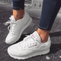 The Reebok Classic in white. Der Reebok Classic in weiß. The Reebok Classic in white. A simple, comfortable to wear sneaker, which can also be combined great with many outfits. Moda Sneakers, Sneakers Mode, Sneakers Fashion, Fashion Shoes, Sneakers Adidas, Womens Trainers Fashion, Fashion Dresses, Reebok Classic Damen, Nike Shoes