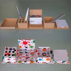 SET DA SCRIVANIA ALADINO  Set da scrivania in cartone foderato in carta riciclata completo di portapenne, portabiglietti da visita, foglietti, supporto per smartphone e contenitore per varie. Si presenta chiuso come una scatola da regalo.