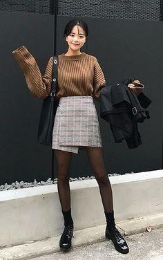 Como ser cool com saia xadrez. Suéter marrom, saia envelope cinza, meia calça preta, oxford preto