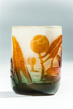 Établissements GALLÉ. Vase miniature cylindrique en verre triple couche à décor de feuilles de nénuphars orange et turquoise sur fond blanc, signé en camée. H : 7 cm. - Morand - 24/03/2017