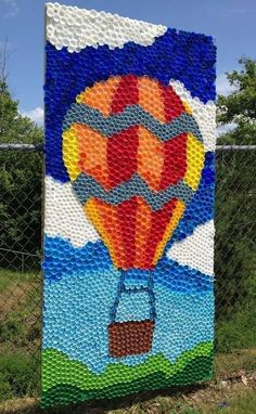 Fresques murales avec des bouchons en plastique I love this idea for garden decorations. Involve families by encouraging them to save these things. The post Fresques murales avec des bouchons en plastique appeared first on School Diy. Bottle Top Art, Bottle Top Crafts, Bottle Cap Projects, Big Bottle, Plastic Bottle Tops, Plastic Bottle Crafts, Plastic Caps, Recycled Art Projects, Recycled Crafts
