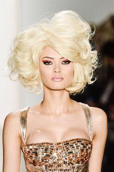 Our favorite curly hair model looks. I love big hair Curly Hair Model, Curly Hair With Bangs, Hairstyles With Bangs, Curly Hair Styles, Curly Afro, Natural Hairstyles, Big Voluminous Curls, Big Curls, Melena Bob