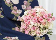 Samstemte farger mellom brudebukett og bunadsmønster. Floral Wreath, Wreaths, Rose, Flowers, Plants, Decor, Floral Crown, Pink, Decoration