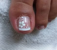 The advantage of the gel is that it allows you to enjoy your French manicure for a long time. There are four different ways to make a French manicure on gel nails. Pretty Toe Nails, Cute Toe Nails, Fancy Nails, Pedicure Nail Art, Toe Nail Art, Manicure, Toenail Art Designs, Pedicure Designs, Feet Nail Design
