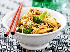 Wok with Chicken and cashew Asian Recipes, Healthy Recipes, Ethnic Recipes, Healthy Foods, Good Mood, Wok, Japchae, Chicken Recipes, Food Photography