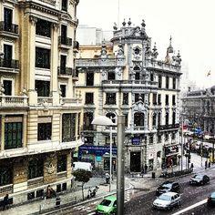 Empieza a caer la #nieve en #Madrid. Al fondo, el Ayto y la #cibeles. #nevada #demadridalcielo #madridmemola #madridmemata   Flickr: Interca...