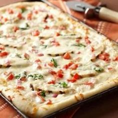 Alfredo Chicken Pizza, yummy!  This looks like the perfect summer pizza.