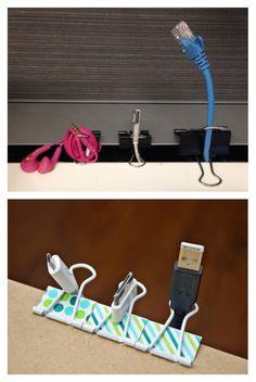 Criatividade para encontrar novas funções é essencial nos tempos de hoje; clips, post-its e fitas adesivas são materiais que podem facilitar nossa vida em diversas situações, e muitas delas não são necessariamente dentro do escritório. Separamos alguns usos para você conferir: 4. Organizar cabos. Usando a mesma técnica, você pode organizar seus cabos e evitar que a mesa fique bagunçada.
