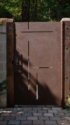 Custom made corten steel entry gate is laser cut to mimic the inlays in the walnut entry door. Phot: Aaron Leitz - maybe real Cortez steel gate to give the impression that the entrance is the same. Front Gates, Entrance Gates, Side Gates, Entrance Ideas, Garden Doors, Garden Gates, Garden Pond, Garden Art, Contemporary Landscape