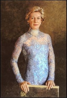 Portrait of Birgitte, Duchess of Gloucester wearing Queen Mary's pearl choker.