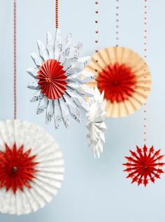 Tee paperista taittelemalla komeita joulukoristeita. Fold showy christmas ornaments from paper. | Unelmien Talo&Koti Kuva: Joonas Vuorinen Toimittaja: Atso Mikkola