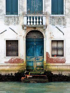 Blaue Tür am Kanal, Venedig - Foto: S. Hopp