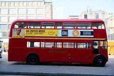 Kasvetli havası, otobüsleri, telefon kulübeleri ve elinde kahve bardaklarıyla yürüyen insanlardır Londra. Londra Kahve Festivali de en gözde festivaldir.