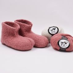 Snuggly and warm felted slippers. Knitted using the wonderful Happy Sheep Woolpower yarn which you can get in both printed and singular colours. Choose your favourite colour and knit your very own snuggly slippers. Knitting Patterns Free, Knit Patterns, Free Knitting, Baby Knitting, Free Pattern, Felted Slippers Pattern, Knitted Slippers, Knitted Bags, Felt Shoes