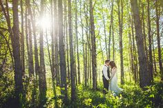 Bride and groom in forest :D By Calgary wedding photographer Anna Michalska. Check out more in the article link!