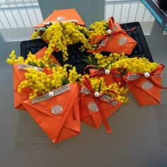 Porta mimose in cartoncino Easter Crafts For Kids, Ladies Day, Holidays And Events, Diy And Crafts, Projects To Try, Gift Wrapping, Handmade, San Valentino, Biscotti