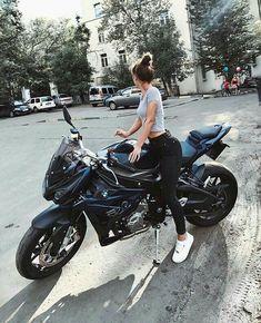 In dieser Geschichte geht es um ein Mädchen, das an diesem Tag Nerd ist . This story is about a girl who is nerd that day . Motorbike Girl, Motorcycle Outfit, Motorcycle Bike, Motorcycle Clothes, Motorbike Photos, White Motorcycle, Motorcycle Girls, Biker Chick, Biker Girl