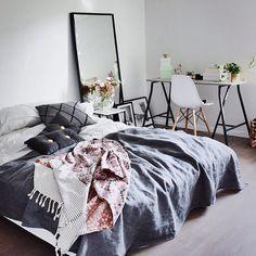Simple & Efficace sont les mot d'ordres de cette chambre : Le lit défait donne un côté cocooning, alors que le bureau donne un côté plus ordonné, studieux.