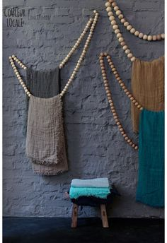 Discover unique home deco on Couleur Locale Bois Diy, Blanket Storage, Ideias Diy, Beaded Garland, Garlands, Diy Interior, Bohemian Decor, Wooden Beads, Home Accessories