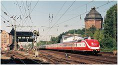 Der IC 130 Max Liebermann Berlin Hbf - Hamburg-Altona eilt an einem Vormittag im August 1990 am Reiterstellwerk Sternschanze und dem 1961 stillgelegten Wasserturm, der heute ein Hotel beherbergt, seinem Ziel im Westen Hamburgs entgegen.