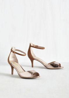 We can tell from the look in your beautiful eyes that these Seychelles kitten heels are your next style love! Pairing warm brown suede with metallic bronze toe straps and copper buckles at the ankles, these mid-height stilettos are bound to bring joy to your heart and a sparkle to your wink.