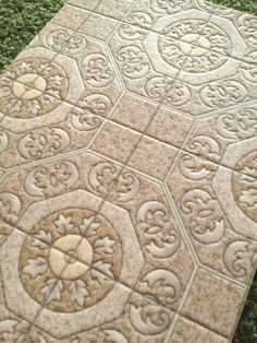クッションフロアに光が…! おばあちゃんちの床みたいなタイル柄クッションフロア(ピンクベージュ) - レトロ雑貨店 pokke