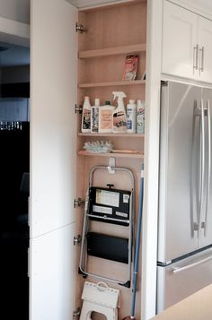 ganz dünner schmaler schrank am abschluss der küche mit tritthocker für die xxxl hochschränke
