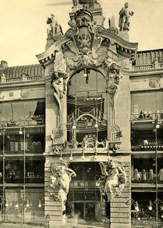 Haupteingang vom Kaufhaus Tiez in der Leipzigerstrasse. Berlin, 1930. O.P.